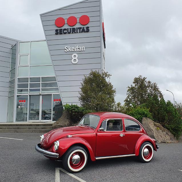 Rauð VW bjalla fyrir framana Securitas í Skeifunni